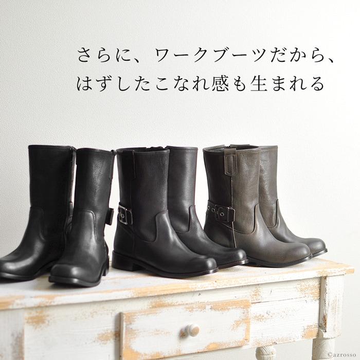 """「こんなのあったら、いいな」と思ったブーツやパンプスがCORSO ROMA9に沢山あるのは自分たちの工房を持っているから。大量生産ではなく、イタリアの職人によって作りされているので小回りが利き、 トレンドに敏感に反応した、今、一番、欲しい靴を作り出すことができるのです。バックにアンクルベルトを持ってきたデザイン エンジニアブーツにも、キレイさをしっかりと持たせるために、上質なイタリアンレザー「TRAPPER」を使用。なめし皮を揉みあげることで「シボ」と呼ばれる独特のシワ模様が生まれたレザーを更にブラッシングすることでヴィンテージ調に仕上げたTRAPPERレザーは、厚味のある、重厚な見ためとは裏腹にブーツの内側のファスナーを下すと""""くったり""""としなる柔らかさ。エンジニアブーツのハードな雰囲気をキープしつつも、柔らかいレザーは足首の動きを固定し過ぎないので、階段の上り下りも、長時間履いていても動きやすく、疲れにくい、足馴染みの良い履き心地のブーツです。"""