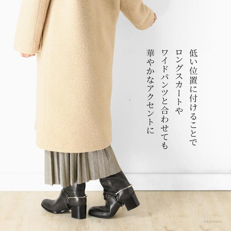 凛としたたたずまいのシンプルなブーツに華やかな個性を与えている、取外しが可能な拍車モチーフのアンクル バックル。クラシカルな雰囲気の艶を抑えたゴールドの金具と、編みこまれたレザーの凝ったデザインは、バックスタイルを上品かつスタイリッシュに印象つけてくれます。