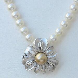 パール:ブローチ:ペンダントブローチ:真珠:ゴールデンパール:南洋白蝶真珠:ゴールド系:直径10mm:花:リボン:SV:シルバー