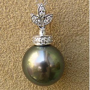 黒真珠:ブラックパール:ペンダントトップ(ヘッド):タヒチ黒蝶真珠:12mm:グリーン系:K18WG:ホワイトゴールド:ダイヤモンド:0.10ct