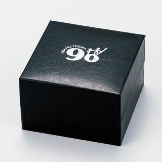 専用BOXには「手塚治虫生誕90周年記念」ロゴをプリント