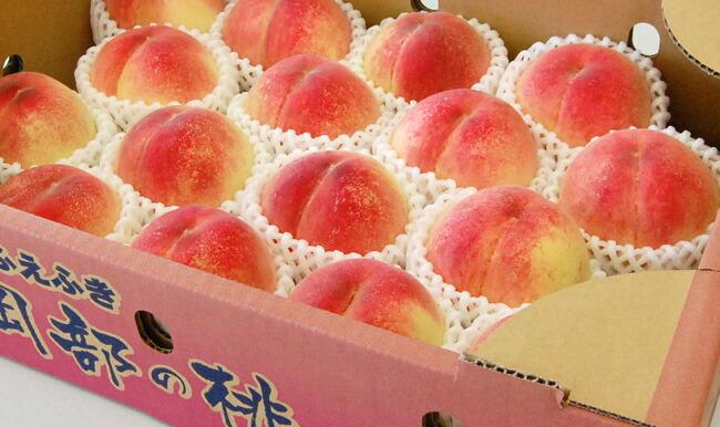 山梨産岡部地区の桃を箱詰めした写真