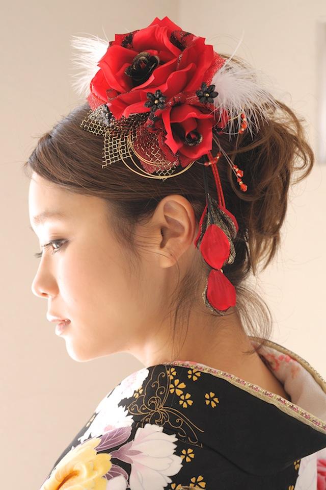 成人式におすすめなファー付きバラ髪飾り