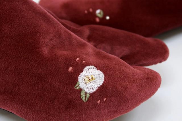 ブランド WA de Modern 別珍刺繍足袋 ボルドー 赤系 椿 つばき スワロフスキークリエーション使用 着物 和服 和装小物 日本製
