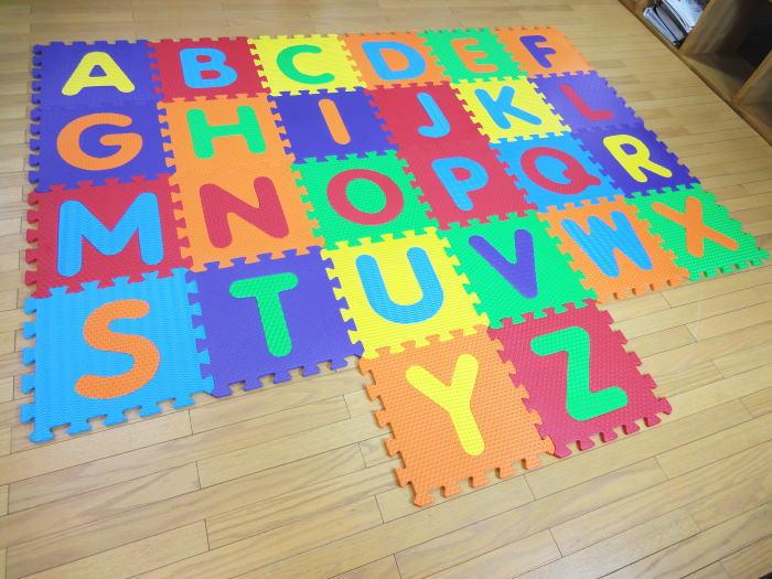 遊びながらアルファベットが覚えれるマット A〜Z 26枚入り すべての文字がくりぬけて、手先、指先の運動にもなります EVA樹脂 水洗いOK! 英語 子どもキッズマット
