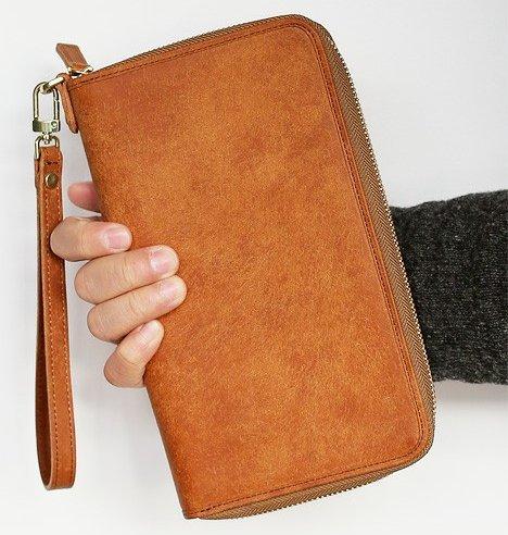ccdb28a114b244 イタリアンレザーのプエブロを使用し、日本国内で縫製を行ったラウンドファスナータイプのマルチケースです。仕切りやポケットも多数あるので、パスポートや通帳、領収  ...