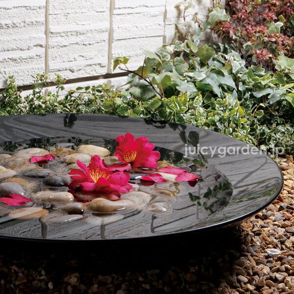 立水栓の水受けにも、和風庭園の水鉢にも最適。止水栓付きなので、水を溜めることもできます。花を浮かべると上品です。