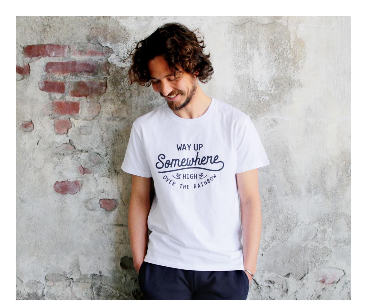 Tシャツ メンズ「WAY UP Somewhere」ホワイト C柄
