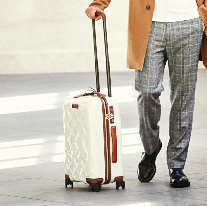 男性白スーツケース