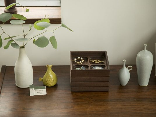ジュエリーを飾りながら収納できる木の箱