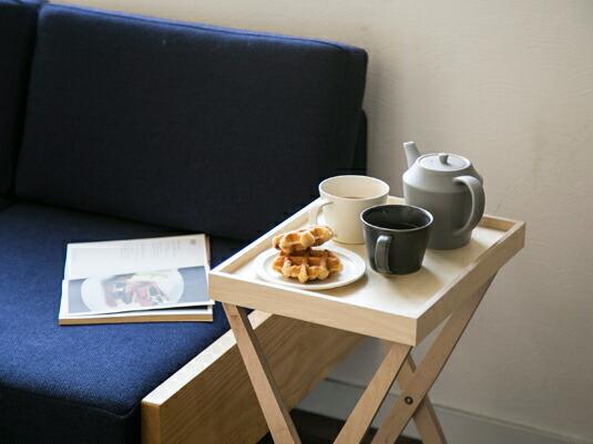 使いたい場所に簡単設置。身軽なトレイテーブル