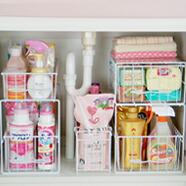 カゴを並べたり積重ねたりすることで、ボトルや洗剤をスッキリ収納!