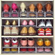 玄関や靴箱内の狭いスペースもしっかり活用できる収納ラック。