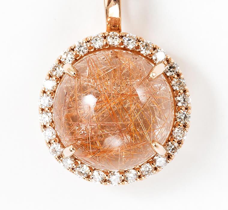 ダイヤをちりばめ華やかな印象