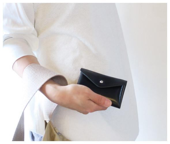 Hender Schemeのカードケースのモデル着用画像