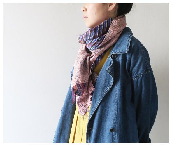 TIGRE BROCANTEのスカーフのモデル着用画像
