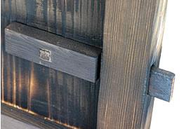 焼き板木戸の鍵部分