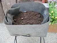 箱型にした透水シートの中に培養土を入れた状態です