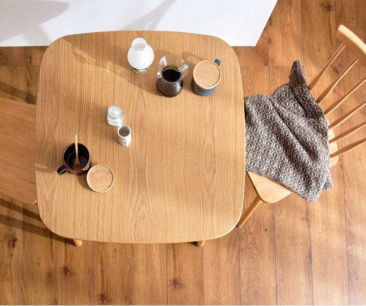 シンプルで暖かみのある2人用のダイニングテーブルを教えて