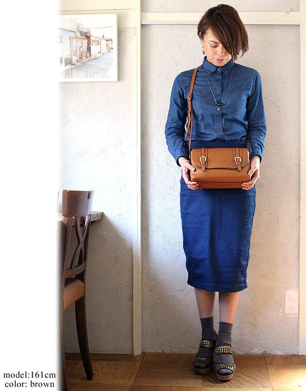 ブラウンのショルダーバッグはどんなファッションとも相性抜群