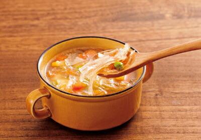 糸寒天をスープに入れている