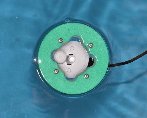 投げ込み型超音波霧化ユニットを水に浮かべた写真