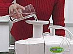 2.投入口にコップ1杯の水を流す。