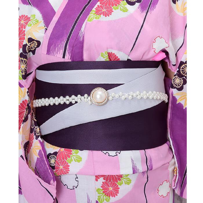 帯は濃い紫と白とのリバーシブルで