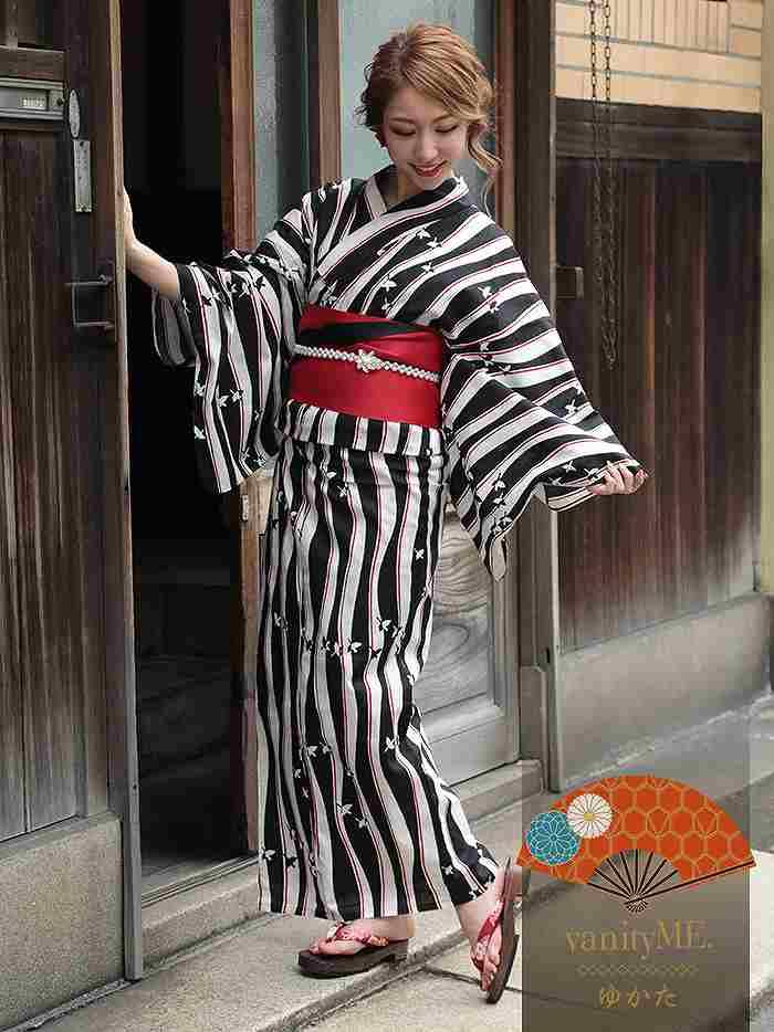 白地に赤と黒の柄がモダンなイメージを与える粋な浴衣。