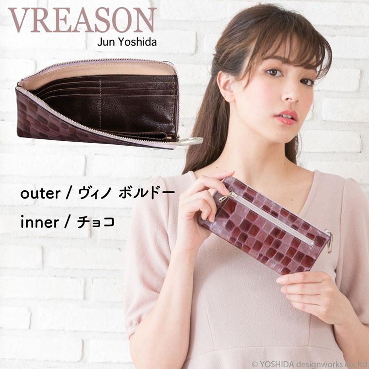 モデルのMERISAが持つヴレアゾンのワインのL字ファスナー長財布