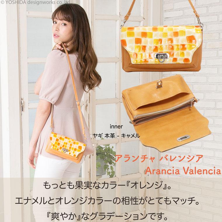 モデルのMERISAが持つヴレアゾンの財布ポシェットオレンジ