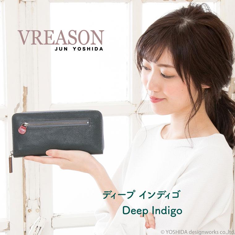 モデルのSAKIHOが持つヴレアゾンのネイビーのラウンドギャルソン長財布