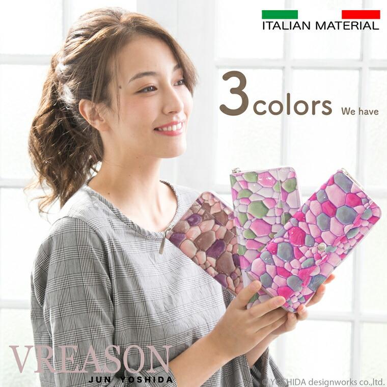 モデルのMERISAが持つ3カラーのヴレアゾンのラウンドファスナー長財布