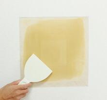 パテベラで表面を平らにならし、パテを完全に乾かします。