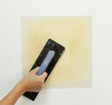 パテが乾いたらサンダーで表面を平らにならします。