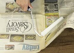 STEP1 新聞紙に塗料をつける