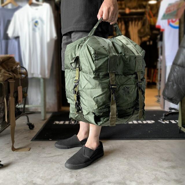 c2cea920a7 こちらのバッグの最大の特徴は、フラップを外すことで三段に分かれた荷室が展開される仕組みで大きく広げられたバッグはユニークで様々な使い方ができそうです。
