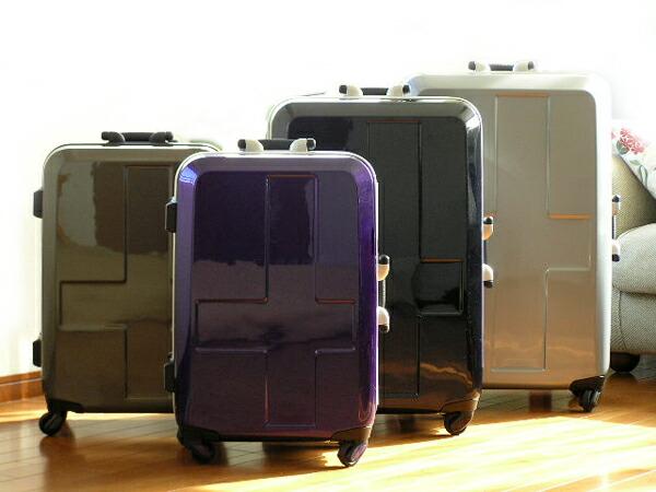 外側はシンプル、内側はパキッとしたカラーリングのinnovatorのスーツケース