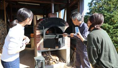 柿のドライフルーツをトッピングして自分で焼く石窯ビザ体験