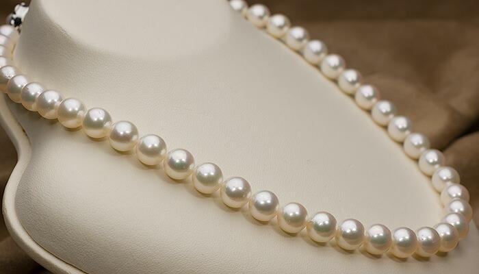 【真珠の本場 伊勢志摩よりお届け】落ち着きあるホワイトに淡いピンクグリーン♪8.5〜9.0mmあこや本真珠ネックレス