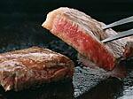 フォークに刺したステーキ