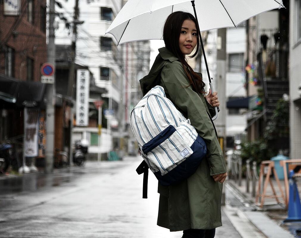 雨からカバンの中身を守るバックパック