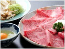 米沢は牛肉の他に、米処でもあり、そしてたくさんの野菜が採れます。白菜、ネギ、春菊やきのこ類など、すき焼きにはもってこいの野菜が豊富に揃います。すき焼きを作る時、米沢では野菜から先に入れるのが特徴です。