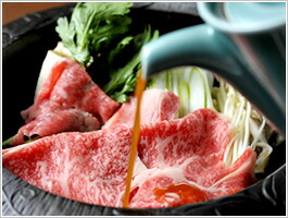 最後に肉を入れ、鍋からうっすら煙が出始めますので、ここでたれを入れて行きます。ここでの肉を煮るポイントは、肉にたれの味を吸いこませることで、美味しいすき焼きが出来上がります。