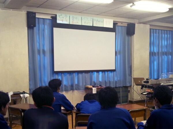 学校の音楽室にスクリーン設置しました