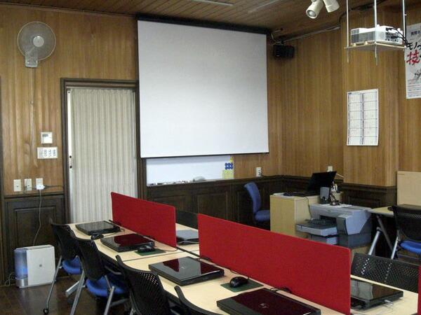 限られたスペースで、スクリーンとホワイトボードを共存