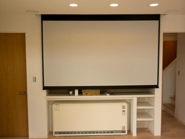 電動スクリーンミューズは音も静かで部屋にもマッチ