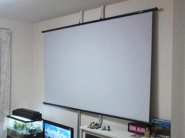 壁に穴を開けずともスクリーンが設置可能でした