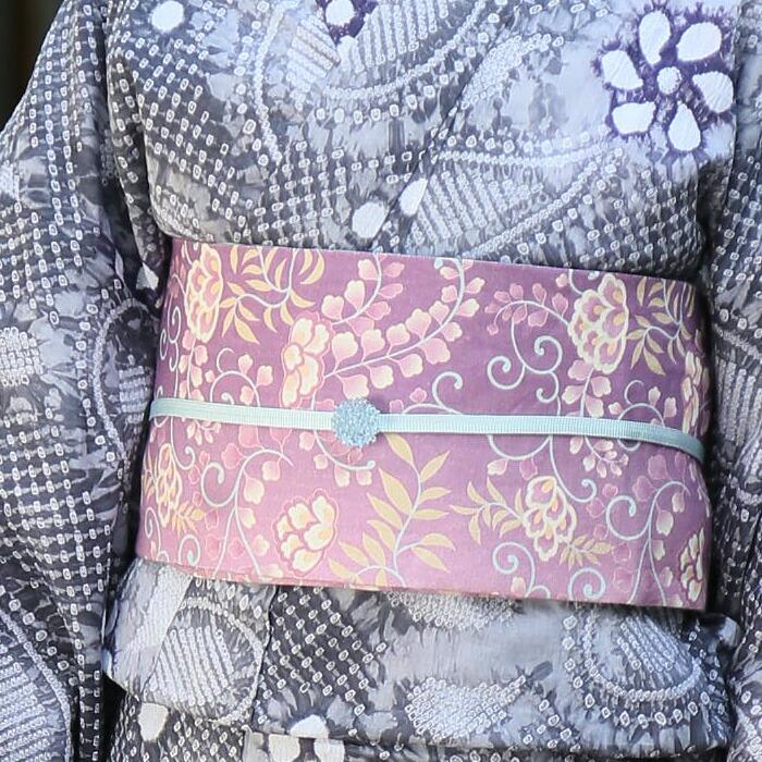 藤柄のゆかた用本麻半幅帯の帯留め・帯締めコーデ画像