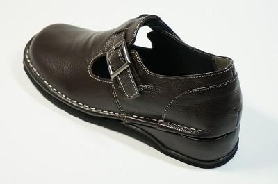 疲れない靴 ☆ベルトはゴムで伸縮が効き、足のファイットします。 ☆ステッチもポイントです。
